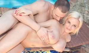 Чистильщик бассейнов большим членом на улице трахает сисястую мамку блондинку