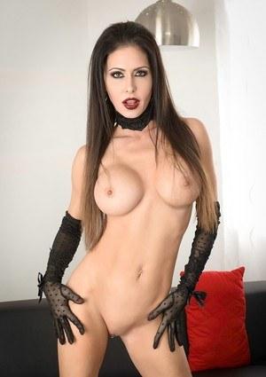 Длинноногая мамка в черных перчатках пальчиками разводит в сторону половые губы