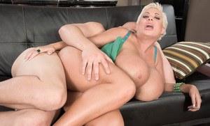 Мамка блондинка с силиконовыми сиськами соблазнила на жаркий перепихон лысого соседа
