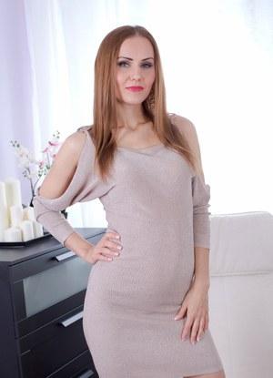 Красивая мамка сняла обтягивающее платье и бесстыже демонстрирует бритую пизду