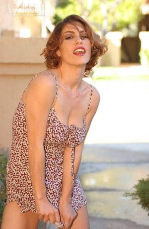 На улице сексуальная мамка приподнимает короткое платье и показывает нежную мокрощелку