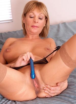 Взрослая бабенка в телесных чулках любимой секс игрушкой трахает мокрощелку