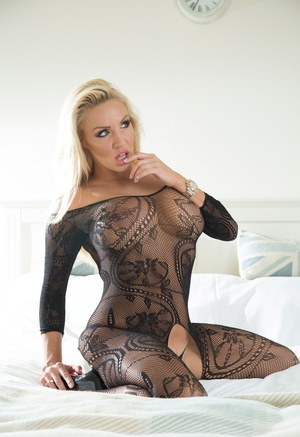 В сексуальном наряде сисястая мамка блондинка дрочит киску на глазах хахаля