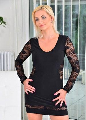 Блондинистая милфа на кастинге сняла черное платье и позирует полностью голой