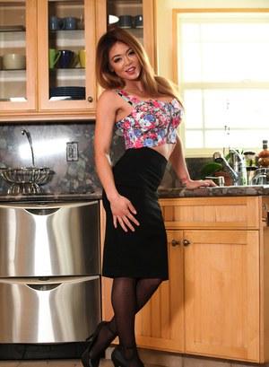 Жена в чулках вернулась с работы и прямо на кухне устроила муженьку стриптиз