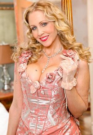 После бала грудастая мамка блондинка привела хахаля в спальню ради секса