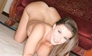 Обнаженка сексуальной мамки с красивыми сиськами