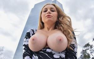 Мамка блондинка в чулках секс игрушками мастурбирует бритую налысо промежность
