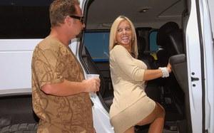 Подвез сисястую мамку блондинку до дому и получил в награду яркий секс