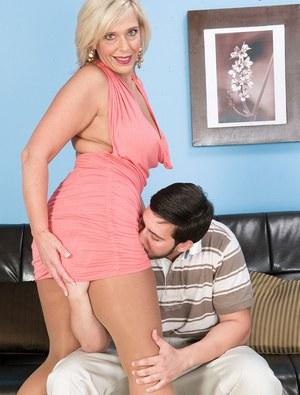 Зрелая блондинка в колготках отсасывает молодому любовнику по потери пульса