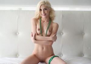 После жаркого секса стройная блондинка отсасывает большой член и глотает кончу