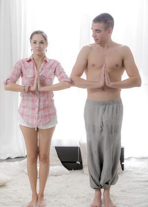 Тренер по йоге оттрахал молодую девульку в глотку и прокатил на члене