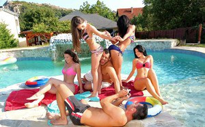 Богатые мужики на курорте устроили большую групповуху с брюнетками