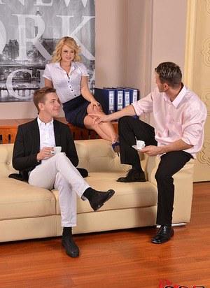 Бизнес партнеры выебали секретаршу в глотку и устроили двойное проникновение красотке