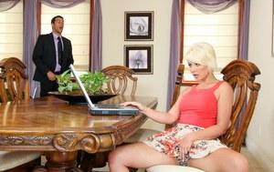 Насовал секретарше в глотку и на столе по полной программе поимел блондинку