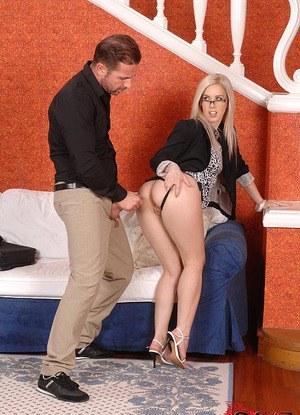 Бизнесмен большим хером в ЖМЖ ебет жену и секретаршу в ротик и попки