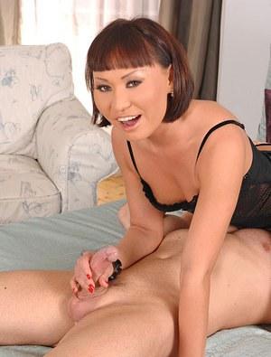 Мамка азиатка сделала глубокий минет белому хахалю и получила сперму на маленькие сиськи