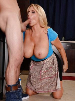 Жена с большими сиськами вместо обеда отсасывает муженьку длинный член на кухне