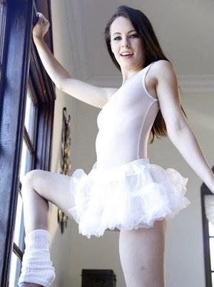 Молодой балерине любовник насовал за щеку и натянул на здоровенный кукан