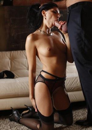 Жена брюнетка в чулочках смачно отсасывает толстый член мужа перед страстной еблей
