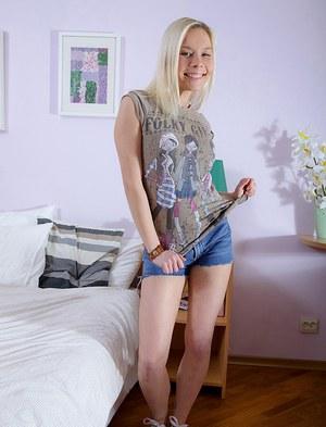 Большим членом ненасытный трахарь разрывает очко молодой руской блондинки