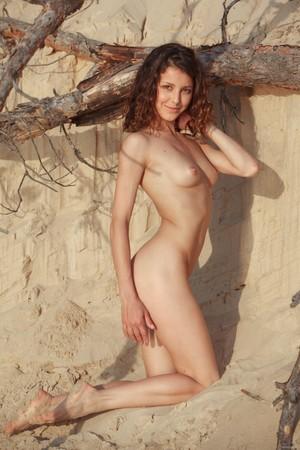 Выбралась с дружком на природу, чтобы попозировать голой и показать лысую пизду