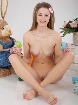 Голая молодуха устроила на праздники эротическую фото сессию