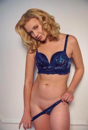 Красивая молодая блондинка снимает нижнее белье и демонстрирует шикарные сиськи