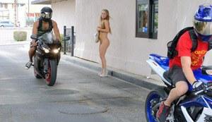 Молодая красотка в голом виде на спор помыла машину бойфренда на публике
