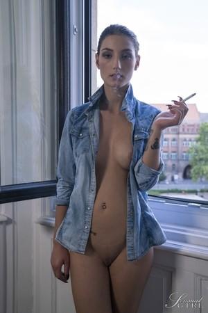 Венгерская молодуха нацепила рубашку приятеля и позирует возле окна