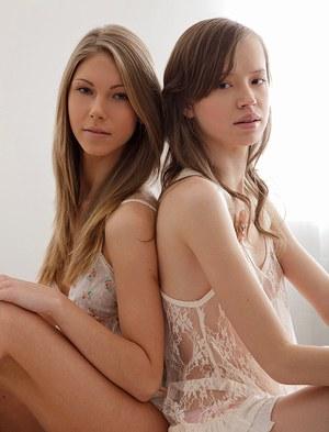 Молодые лесбиянки страстно целуются и трахаются с большим самотыком
