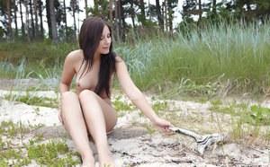 На природе молодая брюнетка разделась и совращает на секс приятеля