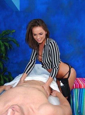 Похотливый клиент на большом члене прокатил молоденькую массажистку
