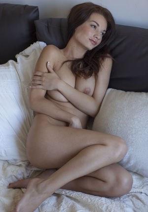Сексуальная молодуха ложится на диван и до оргазма мастурбирует пилотку