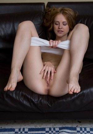 Длинноногая молодая милашка шаловливыми пальчиками ласкает бритую пизденку