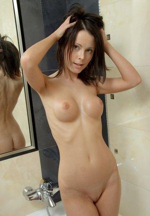 В мыльной ванной худенькая молодуха страстно мастурбирует бритую киску
