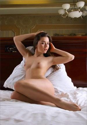 Молодая девушка в постели устроила для хахаля эротическое шоу и показывает узкую манду