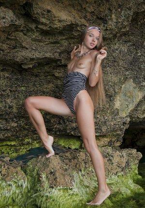 Шаловливая нимфоманка в купальнике на природе