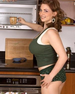 Кухарка с большими дойками и крепким сральником