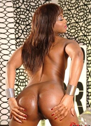 Негритянка с большой жопой дрючит очко