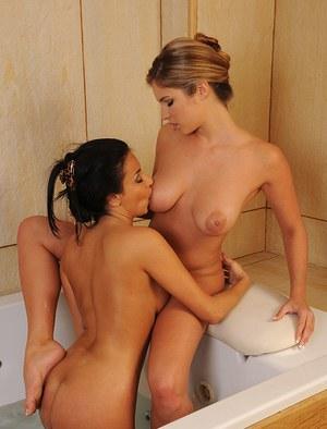 Голые лесбиянки с классными жопами