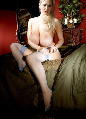 Милфа блондинка в чулках вечерком соблазняет хахаля видом больших сисек