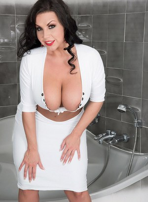Темноволосая милфа в ванной ласкает пирсингованные сосочки на больших сиськах