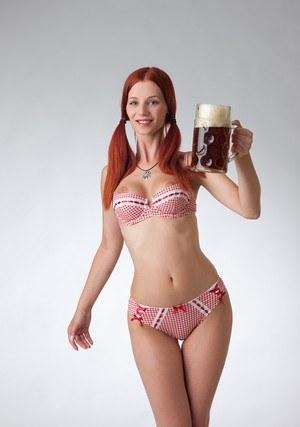 Рыжуха разделась для рекламы пива и демонстрирует большие сиськи