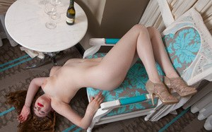 Послепары бокало вина рыжая красотка светит большими сиськами сидя в кресле