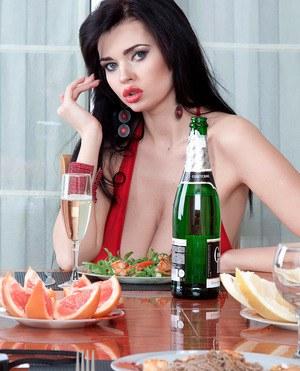 Во время романтического ужина губастая брюнетка приспустила платье и показала буфера
