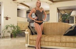 Горячая блондинка с большими сиськами светит пиздой и трахает манду самотыком