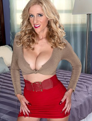 Зрелая блондинка снимает одежду, чтобы показать молодому хахалю большие сиськи