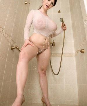 Красотка с огромными буферами принимает душ и ласкает большие сиськи