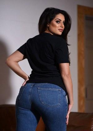 Брюнетка снимает джинсы и показывает большую жопу